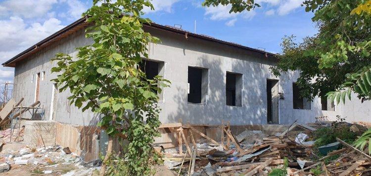 Școala Scobilteni la mijlocul lunii septembrie, înainte de instalarea sistemului de încălzire în pardoseală și de montarea geamurilor