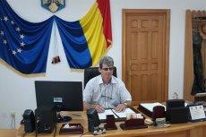 D-l primar Gabi Constantin Istrate semnând contractul de reabilitare a Școlii din Scobulțeni